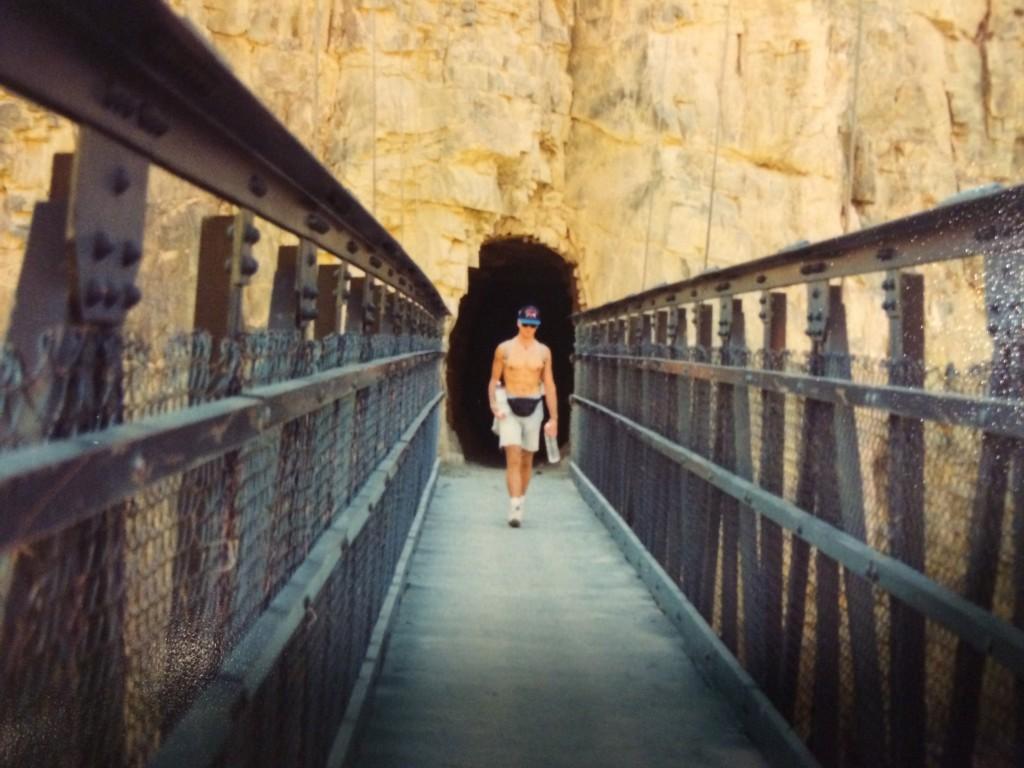 Broen Black Bridge med et spænd på 130 meter, førte os igennem grotten i baggrunden og videre op ad Kaibab Trail.